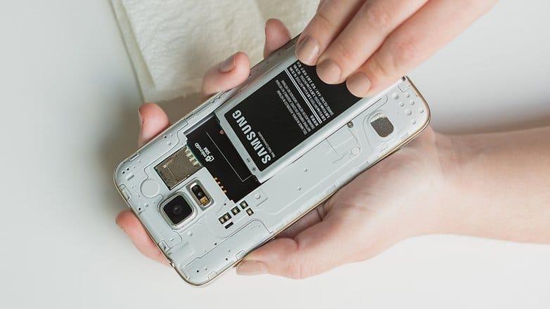 ماذا تفعل بعد سقوط هاتفك الذكي في المياه