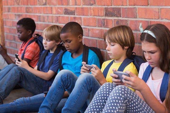 kids-with-phones-2-720x720